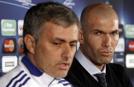 Στο μακρινό 2011, όταν ο Ζινεντίν Ζιντάν ως ειδικός σύμβουλος της Ρεάλ Μαδρίτης παρακολουθεί την συνέντευξη Τύπου του Ζοζέ Μουρίνιο, πριν από μια αναμέτρηση με την Λυών για το Champions League (AP Photo/Laurent Cipriani)