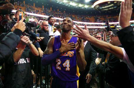 Ο Κόμπε Μπράιαντ των Λος Άντζελες Λέικερς σε στιγμιότυπο έπειτα από τον αγώνα με τους Σέλτικς για την κανονική σεζόν του NBA 2015-2016, Βοστόνη, Τετάρτη 30 Δεκεμβρίου 2015