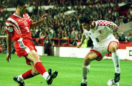 Ο Ντάβορ Σούκερ της Κροατίας σε στιγμιότυπο με τον Αλπάι Εζαλάν της Τουρκίας για τη φάση των ομίλων του Euro 1996 στο 'Σίτι Γκράουντ', Νότιγχαμ, Τρίτη 11 Ιουνίου 1996