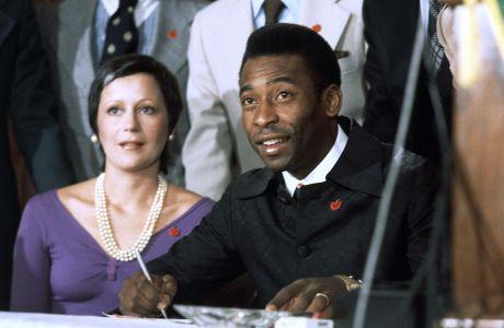 Ο Πελέ της Νιου Γιορκ Κόσμος με τη σύζυγό του Ροζεμέρι σε συνέντευξη Τύπου στο '21 Club', Νέα Υόρκη | Τρίτη 10 Ιουνίου 1975