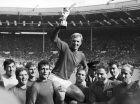 Είναι η 30ή Ιουλίου 1966 και η Αγγλία έχει νικήσει τη Δυτική Γερμανία με 4-2 στον τελικό του Παγκοσμίου Κυπέλλου. Ο Μπόμπι Μουρ πανηγυρίζει με τους συμπαίκτες του