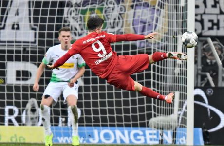 Ο Ρόμπερτ Λεβαντόβσκι της Μπάγερν Μονάχου σε στιγμιότυπο του αγώνα με την Γκλάντμπαχ για τη Bundesliga 2019-2020 στο 'Μπορούσια Παρκ', Μενχεγκλάντμπαχ, Σάββατο 7 Δεκεμβρίου 2019