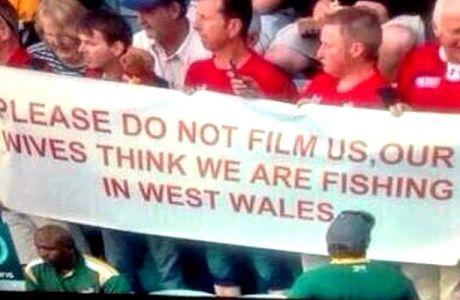 Πανό αστείρευτου χιούμορ από Αγγλους οπαδούς
