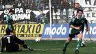 Ο Γιώργος Καραγκούνης του Παναθηναϊκού μόλις έχει πετύχει γκολ κόντρα στον ΠΑΟΚ σε αναμέτρηση για την Α' Εθνική 1999-2000 στο γήπεδο της Τούμπας, Κυριακή 20 Φεβρουαρίου 2000
