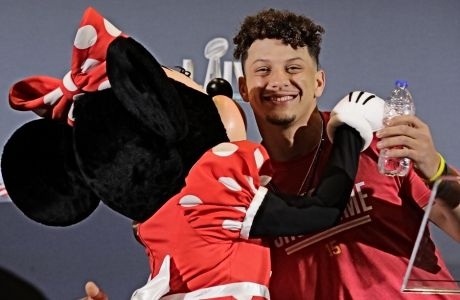 O Πάτρικ Μαχόμς αγκαλιάζει τη Minnie Mouse,πριν τη συνέντευξη Τύπου της 3ης Φεβρουαρίου του 2020, αφότου είχε κατακτήσει το Super Bowl.