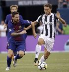 Barcelona's Lionel Messi, left, drives against Juventus' Claudio Marchisio during the first half of an International Champions Cup soccer match, Saturday, July 22, 2017, at MetLife Stadium in East Rutherford, N.J. (AP Photo/Julio Cortez)