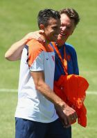 FORTALEZA, BRAZIL - JUNE 28:  Louis van Gaal, manager of Netherlands talks with Robin van Persie during the Netherlands training session at the 2014 FIFA World Cup Brazil held at Estadio Presidente Vargas on June 28, 2014 in Fortaleza, Brazil.  (Photo by Robert Cianflone/Getty Images)