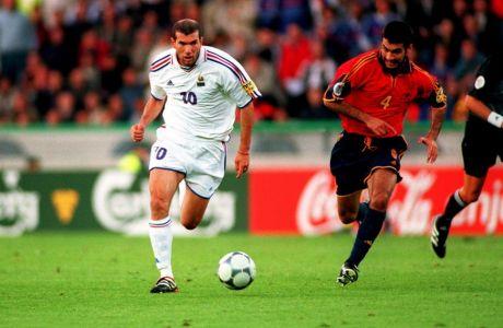 France's Zinedine Zidane (l) takes the ball away from Spain's Josep Guardiola (r)