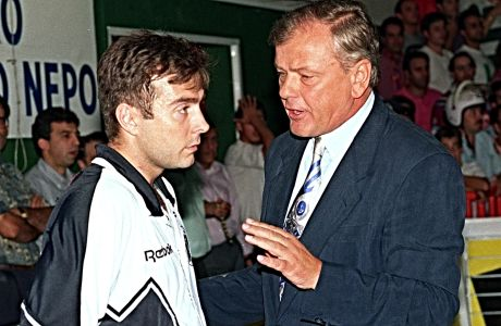O Τζον Κόρφας δέχεται τις τεχνικές υποδείξεις του προπονητή του στον ΠΑΟΚ, Ντούσαν Ίβκοβιτς