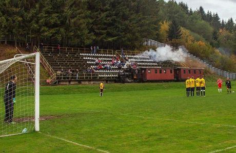 Στη Σλοβακία το μοναδικό γήπεδο στον κόσμο που το διασχίζει τρένο