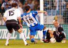 """Ο Βίκτορ σκοράρει απέναντι στον Κανιθάρες, με τον Καρμπόνι να παρακολουθεί τη φάση, στο πρώτο ματς του ισπανικού Σούπερ Καπ στο """"Ριαθόρ"""" (18/8/2002)"""