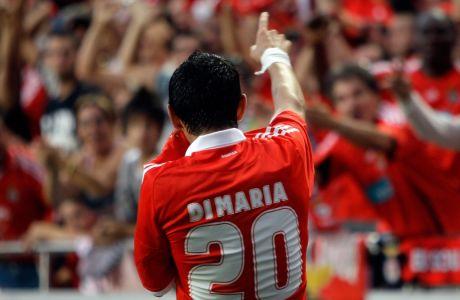 Ο Άνχελ Ντι Μαρία πανηγυρίζει ένα τέρμα που πέτυχε με την Μπενφίκα σε αναμέτρηση με την Βόρσκλα Πόλταβα, για τα playoffs του Europa League στις 20 Αυγούστου του 2009, στη Λισσαβώνα. (AP Photo/Armando Franca)