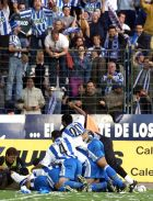 Οι παίκτες της Ντέπορ πανηγυρίζουν το γκολ του Μακάι επί της Εσπανιόλ, στη νίκη με 2-0 που έδωσε τον τίτλο της πρωταθλήτριας στην ομάδα της Κορούνια (19/5/2000)
