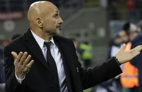 Roma coach Luciano Spalletti gestures prior to an Italian Serie A soccer match between Inter Milan and Roma, at the San Siro stadium in Milan, Italy, Sunday, Feb. 26, 2017. (AP Photo/Luca Bruno)