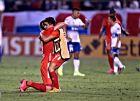 Παίκτες της Αμέρικα ντε Κάλι αγκαλιάζονται, μετά τη λήξη της αναμέτρησης μεταξύ της ομάδας τους και της Ουνιβερσιδάδ ντε Κατόλικα για το Copa Libertadores