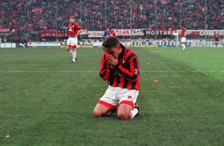 Ο Ρομπέρτο Μπάτζιο της Μίλαν σε στιγμιότυπο της αναμέτρησης με την Ίντερ για τη Serie A 1996-1997 στο 'Τζιουζέπε Μεάτσα', Μιλάνο, Κυριακή 24 Νοεμβρίου 1996