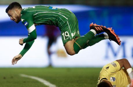Ο Λούκα Βιγιαφάνιες ίπταται πάνω από τον πεσμένο Επασί, στο Παναθηναϊκός - Λαμία 0-0 στη Λεωφόρο, για την 20η αγ. της Super League Interwetten. (ΦΩΤΟΓΡΑΦΙΑ: ΣΩΤΗΡΗΣ ΔΗΜΗΤΡΟΠΟΥΛΟΣ / EUROKINISSI)