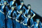 Χορευτές ντυμένοι με ιστορικές και παραδοσιακές φορεσιές, παρευλάνουν κατά τη διάρκεια της τελετής έναρξης των Ολυμπιακών Αγώνων 2004.