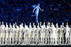 Η φιγούρα ενός Κούρου εμφανίζεται στη μέση του σταδίου, έχοντας αποκαλυφθεί μέσα από μια κυκλαδίτικη κεφαλή που έπεσε σε κομμάτια, κατά την τελετή έναρξης των Ολυμπιακών Αγώνων 2004, Ολυμπιακό Στάδιο, Παρασκευή 13 Αυγούστου 2004
