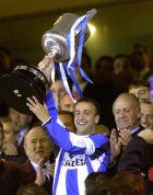 """Ο Φραν σηκώνει το Κύπελλο του 2000 μέσα στο """"Μπερναμπέου"""", έχοντας πίσω του τον Ισπανό μονάρχη, Χουάν Κάρλος (6/3/2002)"""