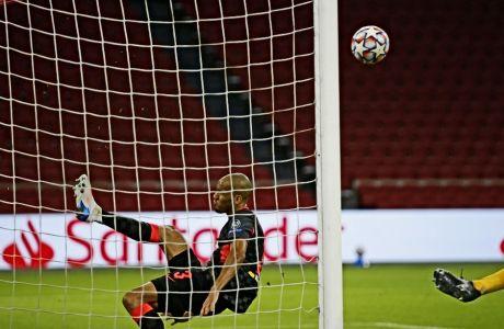Ο Φαμπίνιο έβαλε το πόδι του και απομάκρυνε την μπάλα, από την εστία της Λίβερπουλ σε αυτό που φαινόταν πως θα είναι το γκολ της ισοφάρισης για τον Άγιαξ.