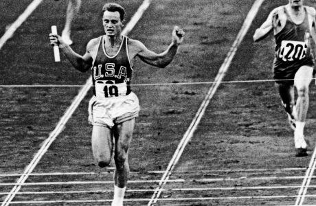 O Nτέιβ Σιμ πήγε στους Ολυμπιακούς Αγώνες του 1960 ως η ελπίδα του ΗΠΑ για την κατάκτηση πολλών μεταλλίων. Ανεπίσημα, είχε και μια δουλειά να κάνει για τη CIA. Απέτυχε και στις δυο αποστολές του.