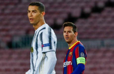 Ο Κριστιάνο Ρονάλντο της Γιουβέντους και ο Λιονέλ Μέσι της Μπαρτσελόνα σε στιγμιότυπο της αναμέτρησης για τη φάση των ομίλων του Champions League 2020-2021 στο 'Καμπ Νόου', Βαρκελώνη   Τρίτη 8 Δεκεμβρίου 2020