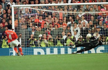 Ο Κλάρενς Ζέεντορφ της Ολλανδίας σε εκτέλεση πέναλτι απέναντι στον Μπερνάρ Λαμά της Γαλλίας για τα προημιτελικά του Euro 1996 στο 'Άνφιλντ', Λίβερπουλ, Σάββατο 22 Ιουνίου 1996