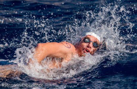 Ο Σπύρος Γιαννιώτης κολυμπάει στα καταγάλανα νερά του Αιγαίου