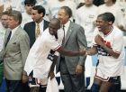 Ο Μάτζικ Τζόνσον και ο Μάικλ Τζόρνταν δίνουν τα χέρια ύστερα από τον τελικό των Ολυμπιακών Αγώνων 1992 κόντρα στην Κροατία και την κατάκτηση του χρυσού μεταλλίου στο τουρνουά μπάσκετ, μπροστά από τον προπονητή Τσακ Ντέιλι (αριστερά) και τους βοηθούς του, Μάικ Σιζέφσκι (κέντρο) και Λένι Γουίλκενς (δεξιά), Βαρκελόνη, Σάββατο 8 Αυγούστου 1992