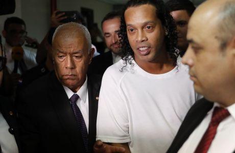O Ροναλντίνιο με συνοδεία αστυνομικών, οδηγείται ενωπίον του δικαστή Μίρκο Βαλινιότι, στο δικαστήριο της Ασουνσιόν, στην Παραγουάη.