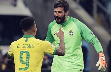 Ο Γκαμπριέλ Ζεζούς έχει ευστοχήσει στο πέναλτι και πανηγυρίζει με τον Άλισον την πρόκριση της Βραζιλίας στα ημιτελικά του Κόπα Αμέρικα