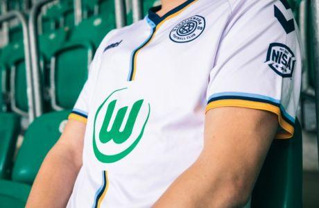 Το έμβλημα της Βόλφσμπουργκ σε φανέλα άλλης ομάδας