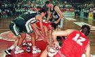 Παίκτες του Παναθηναϊκού και του Ολυμπιακού μάχονται για μία κατοχή στον αγώνα Κυπέλλου του 1994