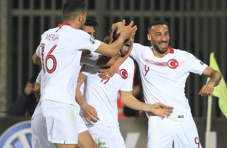 Οι παίκτες της Τουρκίας πανηγυρίζουν το παρθενικό τους τέρμα στο Group H της προκριματικής φάσης του Euro 2020, με αντίπαλο την Αλβανία στο 'Loro Borici stadium' (22/03/2019) - AP Photo/Hektor Pustina