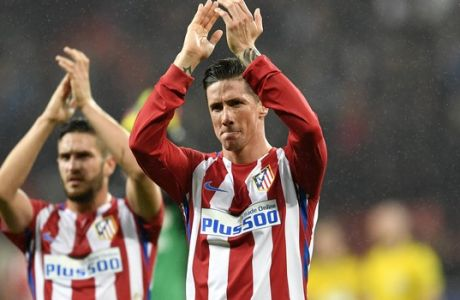 Atletico's Fernando Torres acknowledges the spectators after a 4-2 win in the Champions League round of 16 first leg soccer match between Bayer Leverkusen and Atletico Madrid in Leverkusen, Germany, Tuesday, Feb. 21, 2017. (AP Photo/Martin Meissner)