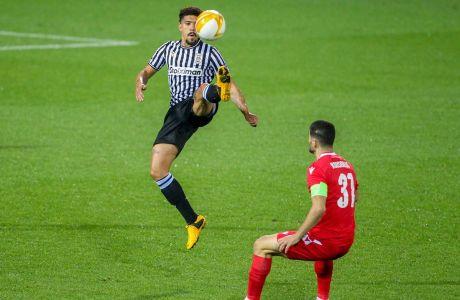Ο Ντόουγκλας Αουγκούστο του ΠΑΟΚ σε στιγμιότυπο της αναμέτρησης με την Ομόνοια για τη φάση των ομίλων του Europa League 2020-2021 στο γήπεδο της Τούμπας | Πέμπτη 22 Οκτωβρίου 2020