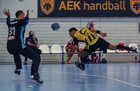 Ο Κριστιάν Ουγάλδε σκοράρει περνώντας την μπάλα πίσω από την πλάτη του