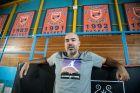 Ο Γιώργος Καράγκουτης φωτογραφίζεται για το Contra.gr στο 'Ανδρέας Βαρίκας'