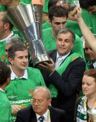 Ο Ζέλικο Ομπράντοβιτς με το τρόπαιο του 2007 στα χέρια του