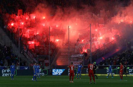 Φιλάθλοι της Μπάγερν άναψαν πυρσούς κατά τη διάρκεια του αγώνα με τη Χόφενχαϊμ για τη Bundesliga 2019-2020 στη 'Ράιν Νέκαρ Αρένα', Ζίνσχαϊμ, Σάββατο 29 Φεβρουαρίου 2020