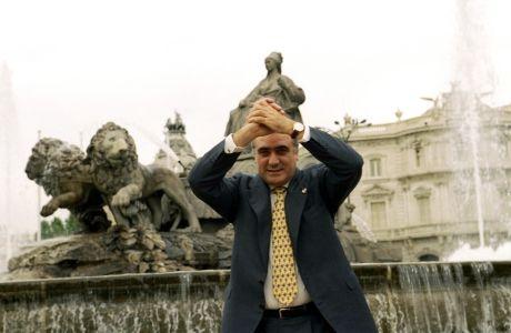 """Ο Λορένθο Σανθ στην Plaza de Cibeles, εκεί όπου παραδοσιακά γιορτάζουν οι """"μαδριδίστας"""" τους τίτλους της ομάδας τους."""