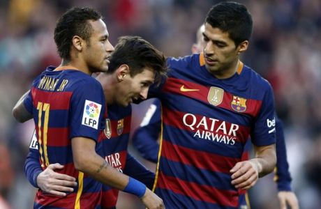 FC Barcelona's Lionel Messi, center, is congratulated by his teammate Luis Suares, right, and Neymar, right, against Granada during a Spanish La Liga soccer match between Barcelona and Granada, at the Camp Nou stadium in Barcelona, Spain, Saturday, Jan. 9, 2016. (AP Photo/Manu Fernandez)