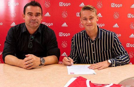 Ο Κάι Σίρχαουζ υπογράφει την επέκταση του συμβολαίου του με τον Άγιαξ μαζί με τον διευθυντή ποδοσφαίρου της ομάδας, Μαρκ Όφερμαρς, Άμστερνταμ   Παρασκευή 21 Σεπτεμβρίου 2018
