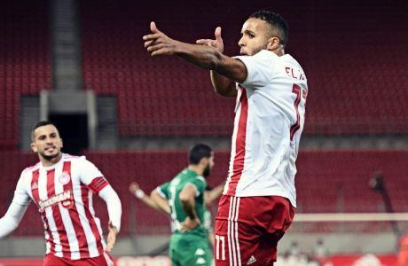 Ο Γιουσέφ Ελ Αραμπί πανηγυρίζει το γκολ που έκανε τη διαφορά στο 1-0 του Ολυμπιακού επί του Παναθηναϊκού