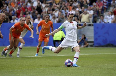 Η Μέγκαν Ραπίνο σκοράρει με πέναλτι στον τελικό του Παγκοσμίου Κυπέλλου Γυναικών μεταξύ ΗΠΑ και Ολλανδίας
