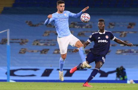 Ο Σισέ επιτηρεί τον Τόρες, στην εκτός έδρας αναμέτρηση του Ολυμπιακού με την Μάντσεστερ Σίτι, όπου οι 'ερυθρόλευκοι' ηττήθηκαν με σκορ 3-0 για την 3η αγ. του Group C στο Champions League   03/11/2021 (LATO KLODIAN / EUROKINISSI)