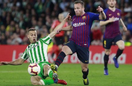 Barcelona's Arthur Melo, second left, and Betis' Tello, left, challenge for the ball during La Liga soccer match between Betis and Barcelona at the Benito Villamarin stadium in Seville, Spain, Sunday, March 17, 2019. (AP Photo/Miguel Morenatti)