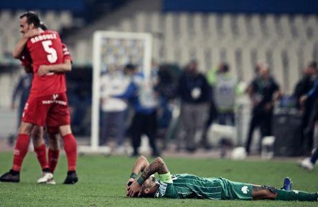 Ο απογοητευμένος Δημήτρης Κουρμπέλης σε κοντράστ με τους πανηγυρισμούς των παικτών του Βόλου για το 1-1 στο ΟΑΚΑ απέναντι στον Παναθηναϊκό