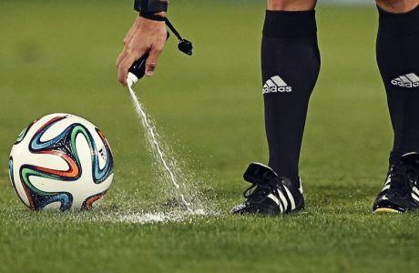 Διαιτητής ορίζει με σπρέι που πρέπει να τοποθετηθεί η μπάλα πριν από την εκτέλεση ενός φάουλ